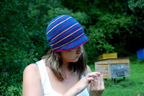 sinine triipudega heegeldatud müts